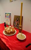 Ikona, vino, slavski kolač i žito na stolu