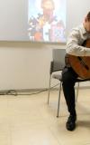 Učenik svira gitaru