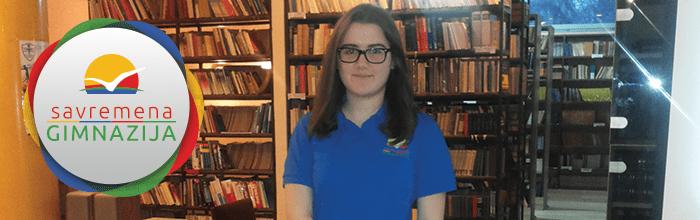 Učenica Savreme gimnazije u biblioteci