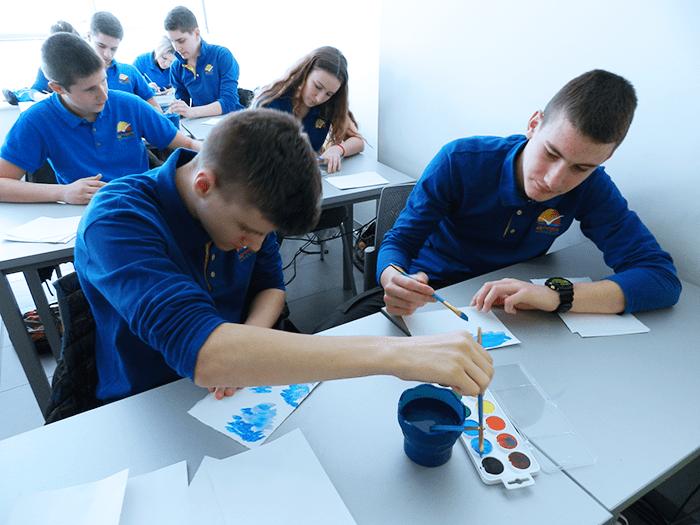 Učenici Savremene gimnazije crtaju temu sa časa geografije