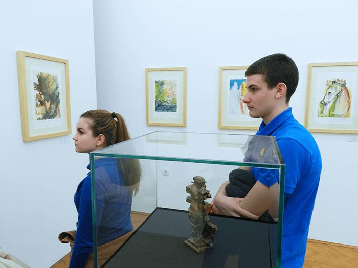 Đaci posmatraju umetnička dela