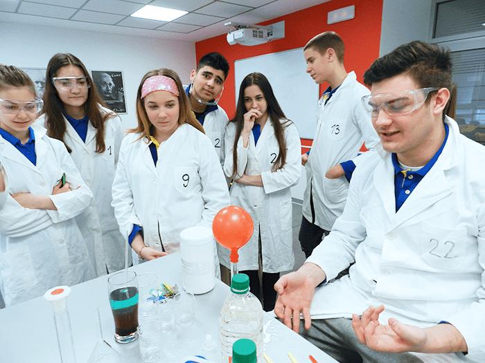 Eksperimentisanje sa rastvorima na času hemije