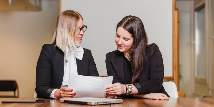 dve devojke čitaju dokument kako napisati dobar CV
