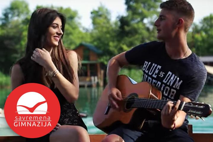 """Viktor Đurić, maturant Savremene i tinejdžerska muzička zvezda, snimio je spot za novu pesmu """"Pored nje"""""""